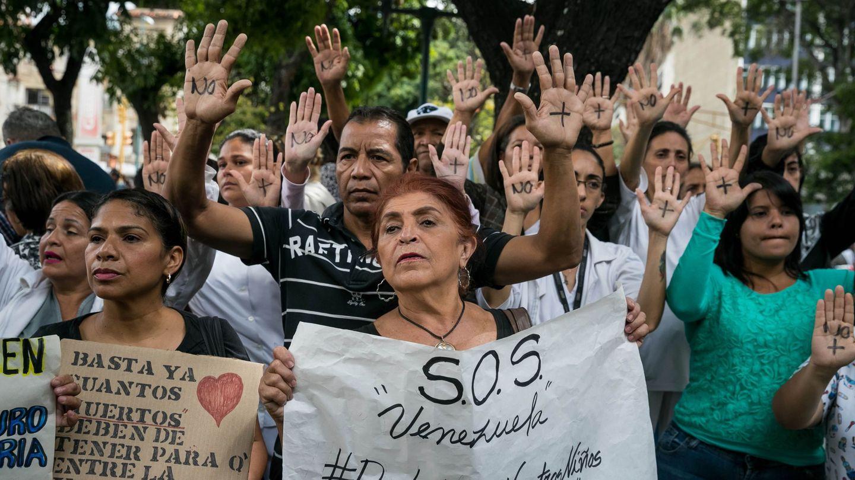 Un grupo de personas participan en una manifestación frente al Hospital de Niños José Manuel de los Ríos, por falta de trasplantes y tratamientos médicos en Caracas (Venezuela). (EFE)