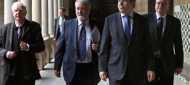 Foto: El conseller de Presidencia, Francesc Homs (2d), durante su intervención en el simosio. (EFE)