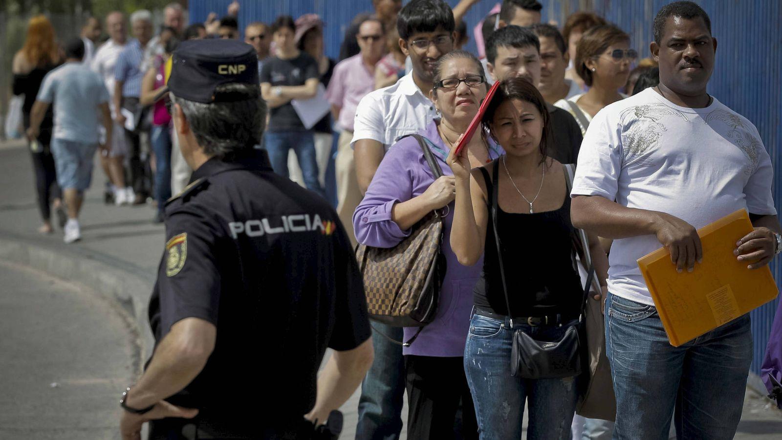 Foto: Inmigrantes hacen cola a la entrada de la Brigada Provincial de Extranjería y Fronteras del CIE de Aluche en Madrid. (EFE)