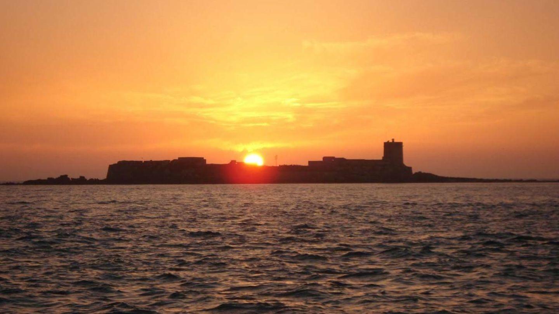 Puesta de sol en Sancti Petri con isla y castillo. (Foto: Patronato Provincial de Turismo de Cádiz)