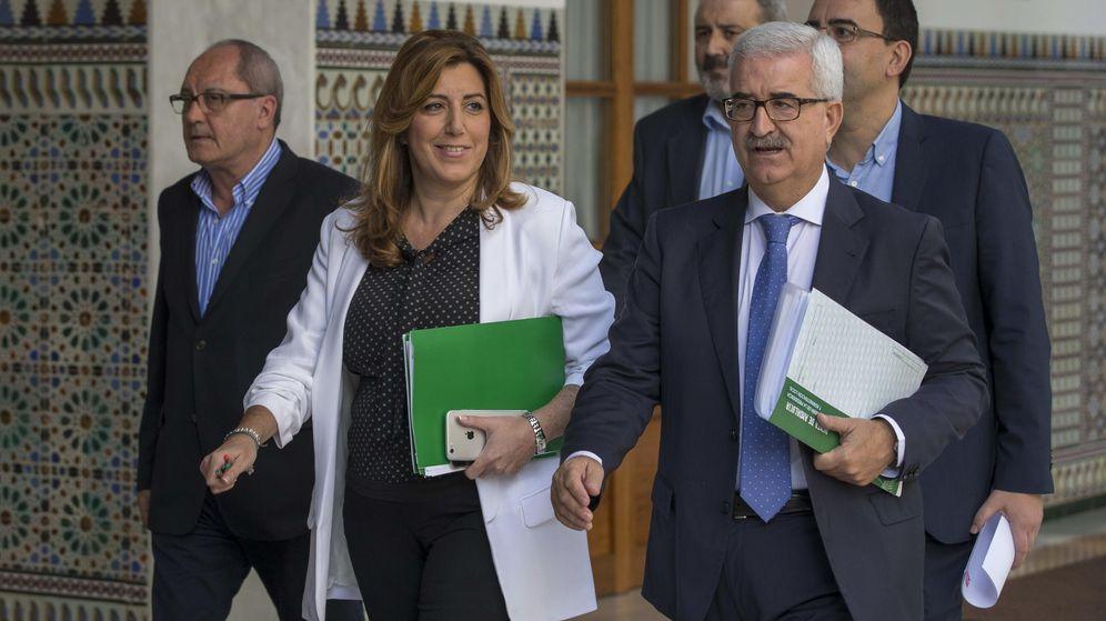 Foto: La presidenta de la Junta de Andalucía, Susana Díaz, junto al vicepresidente, Manuel Jiménez Barrios (d). (EFE)