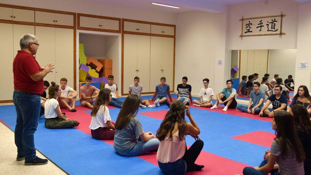 Foto: El profesor Eduardo Blesa, el pasado jueves, en la clase de 'Mindfulness' en el colegio La Asunción de Málaga. (T. G.)