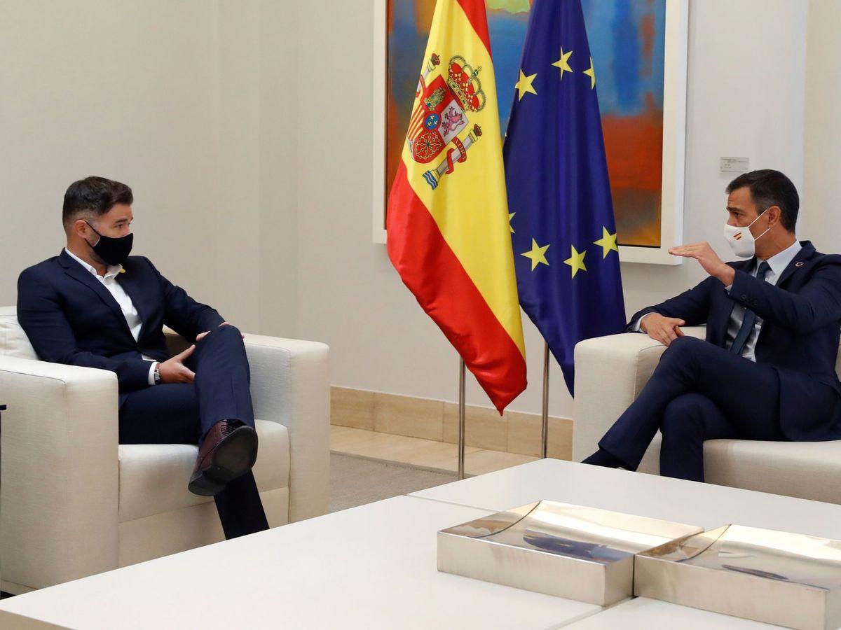 Foto: El presidente del Gobierno, Pedro Sánchez, durante una reunión con el portavoz de ERC, Gabriel Rufián (i), en el Palacio en la Moncloa. (EFE)