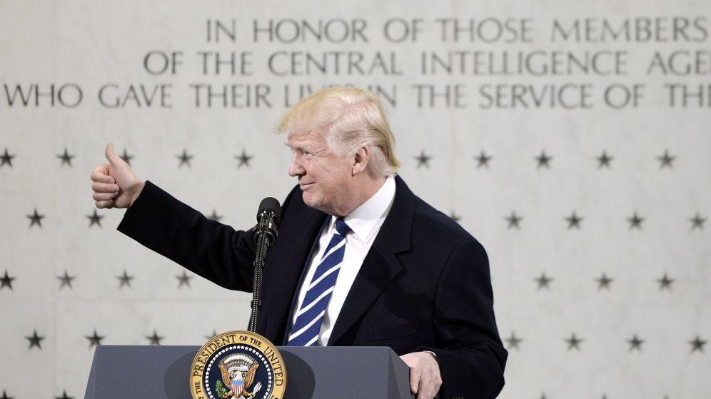 Foto: El presidente Trump, en la sede de la CIA, ante el muro de mármol que recuerda a los agentes caídos en acto de servicio. (EFE)