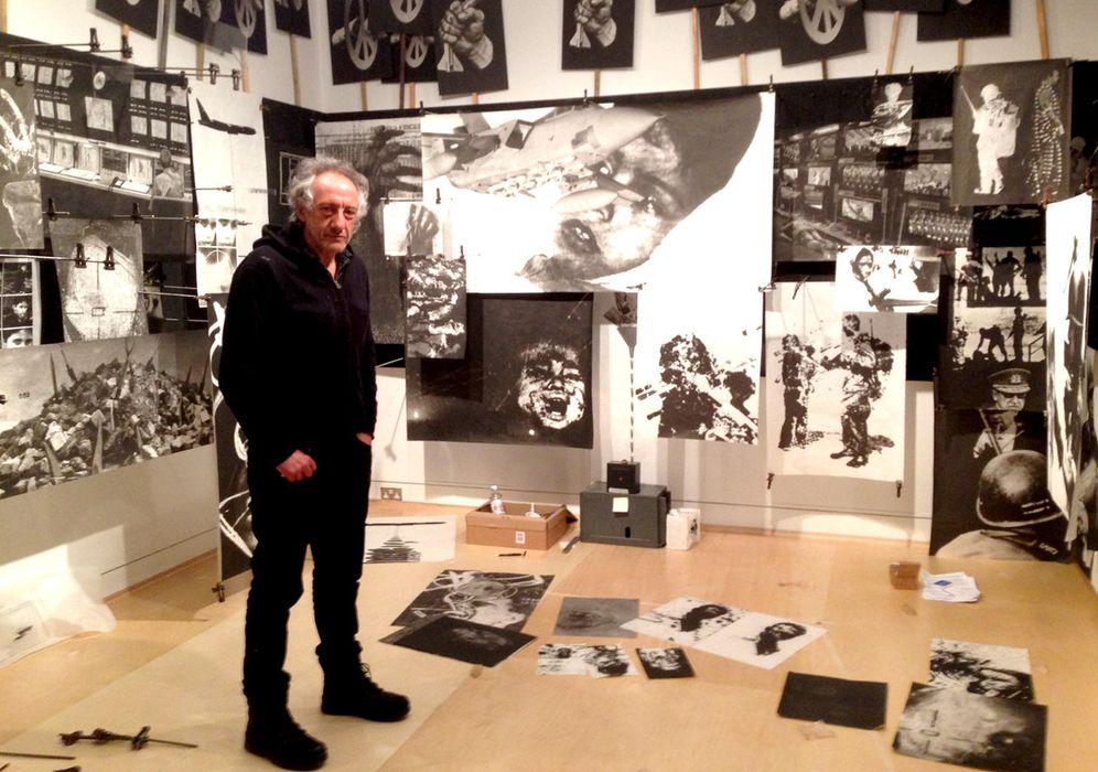 Foto: Peter Kennard en el montaje de la exposición en el Imperial War Museum de Londres. (B.C.)