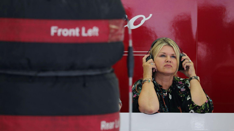 Corinna atenta a las evoluciones de su hijo en los test de Bahréin. (Reuters)