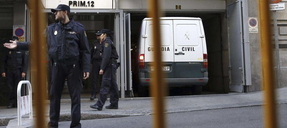 Foto:  Policias nacionales aguardan junto a un furgón en la puerta de la Audicencia Nacional. (EFE)