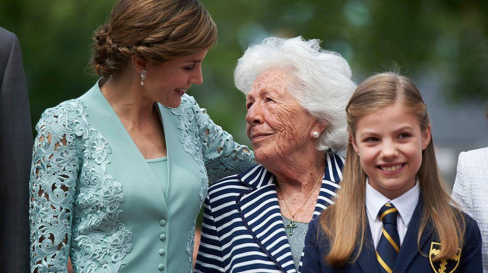 Foto: La Reina junto a su abuela, Menchu Álvarez del Valle. (Limited Pictures)