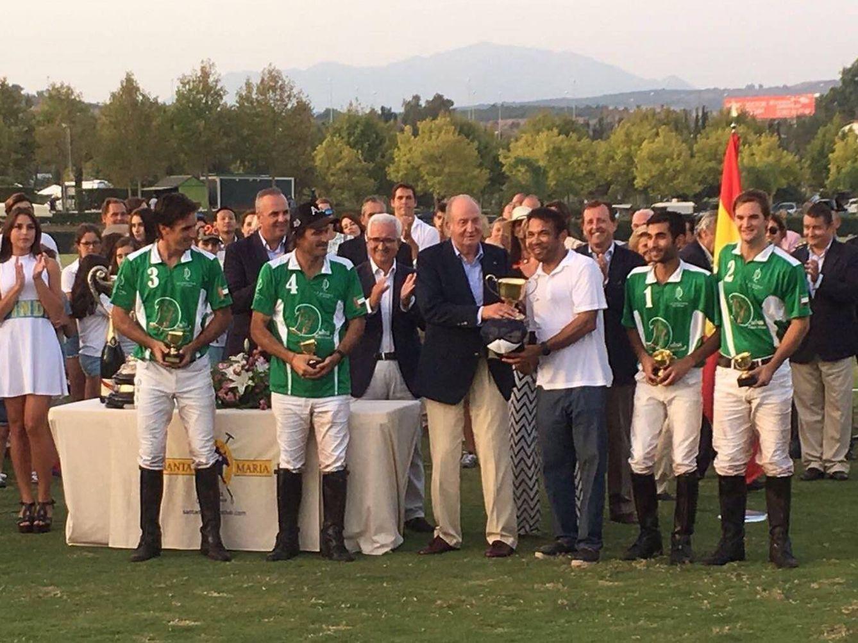 Foto: El Rey Emérito entregando el trofeo al equipo de Dubai ganador de la Copa de Oro Cartier, Sotogrande