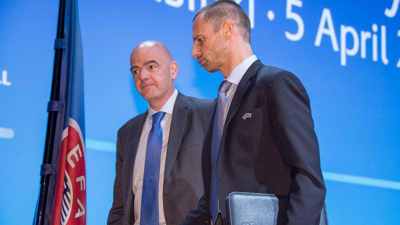 Gianni Infantino, presidente de la FIFA, dialoga con Aleksander Ceferin, presidente de la UEFA. (EFE)
