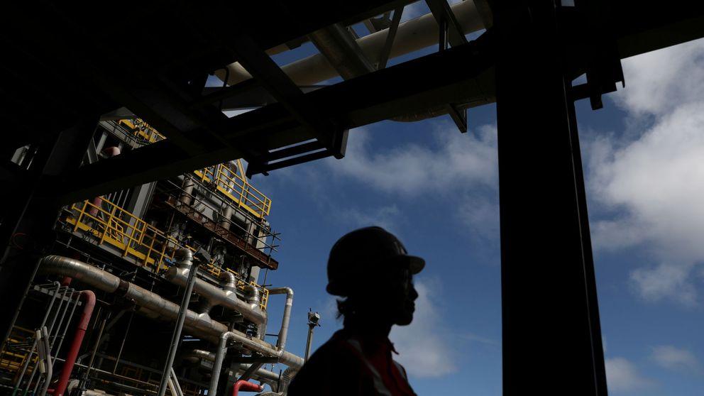 Los futuros del crudo entran en negativo: los inversores cobran por quedarse los barriles