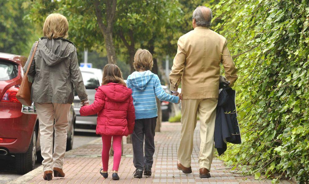 Foto: Unos abuelos pasean con sus nietos por una calle de Sevilla. (EFE)