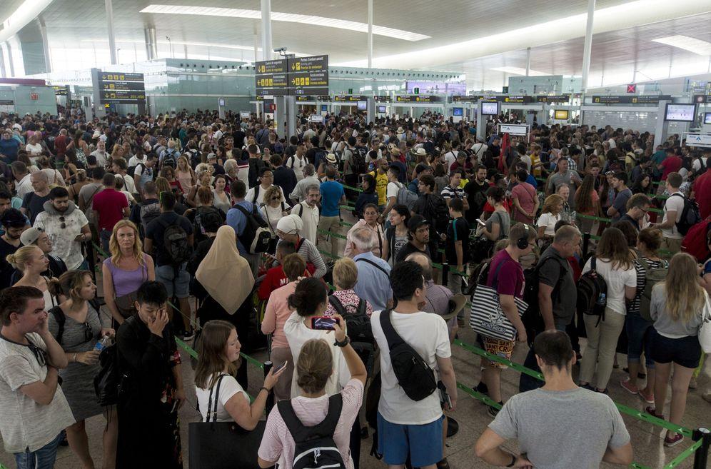 Foto: Largas colas en el aeropuerto de Barcelona-El Prat. (EFE)