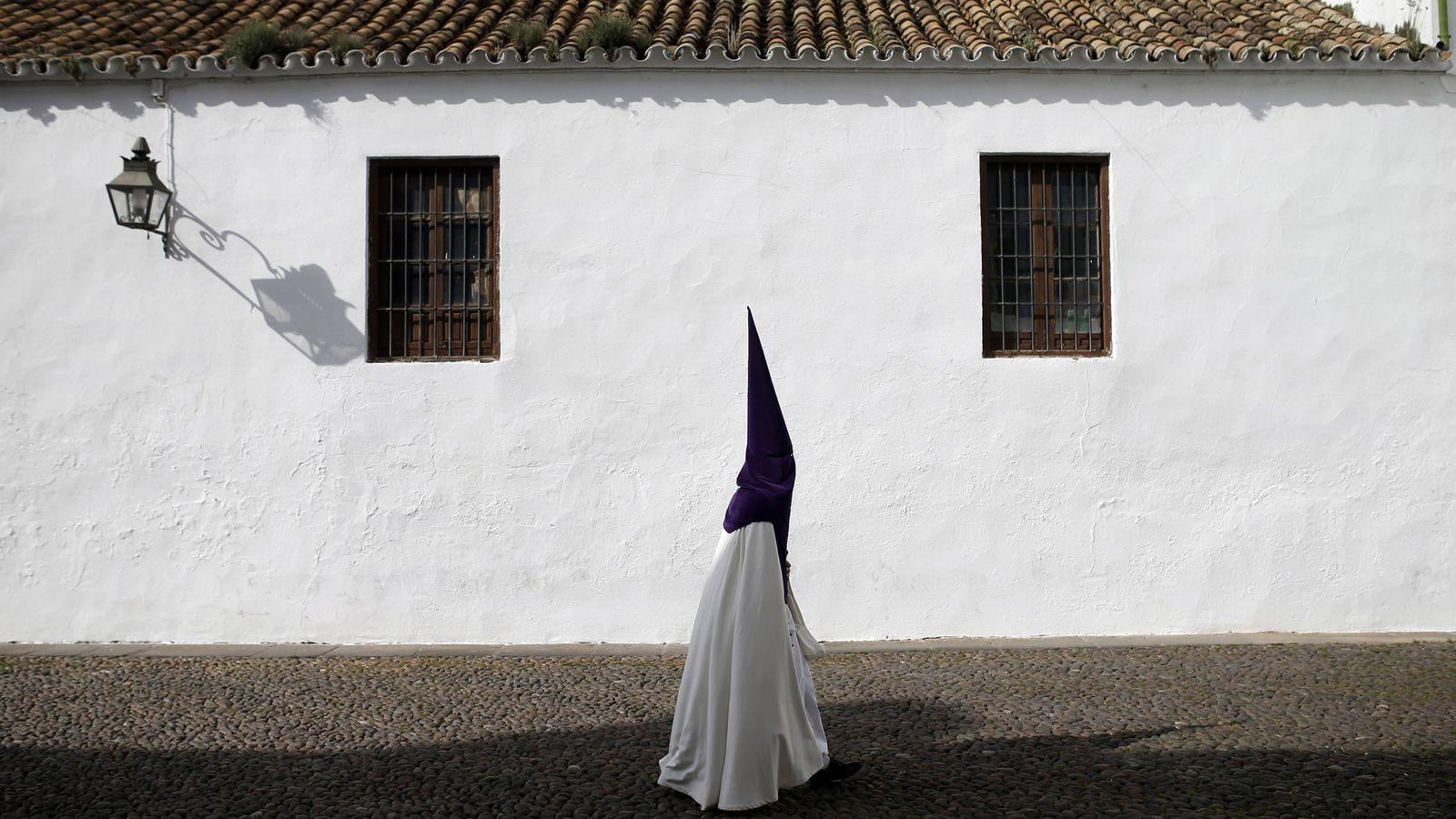 Foto: Un penitente de la procesión de La Sangre en Córdoba. (Foto: Reuters)