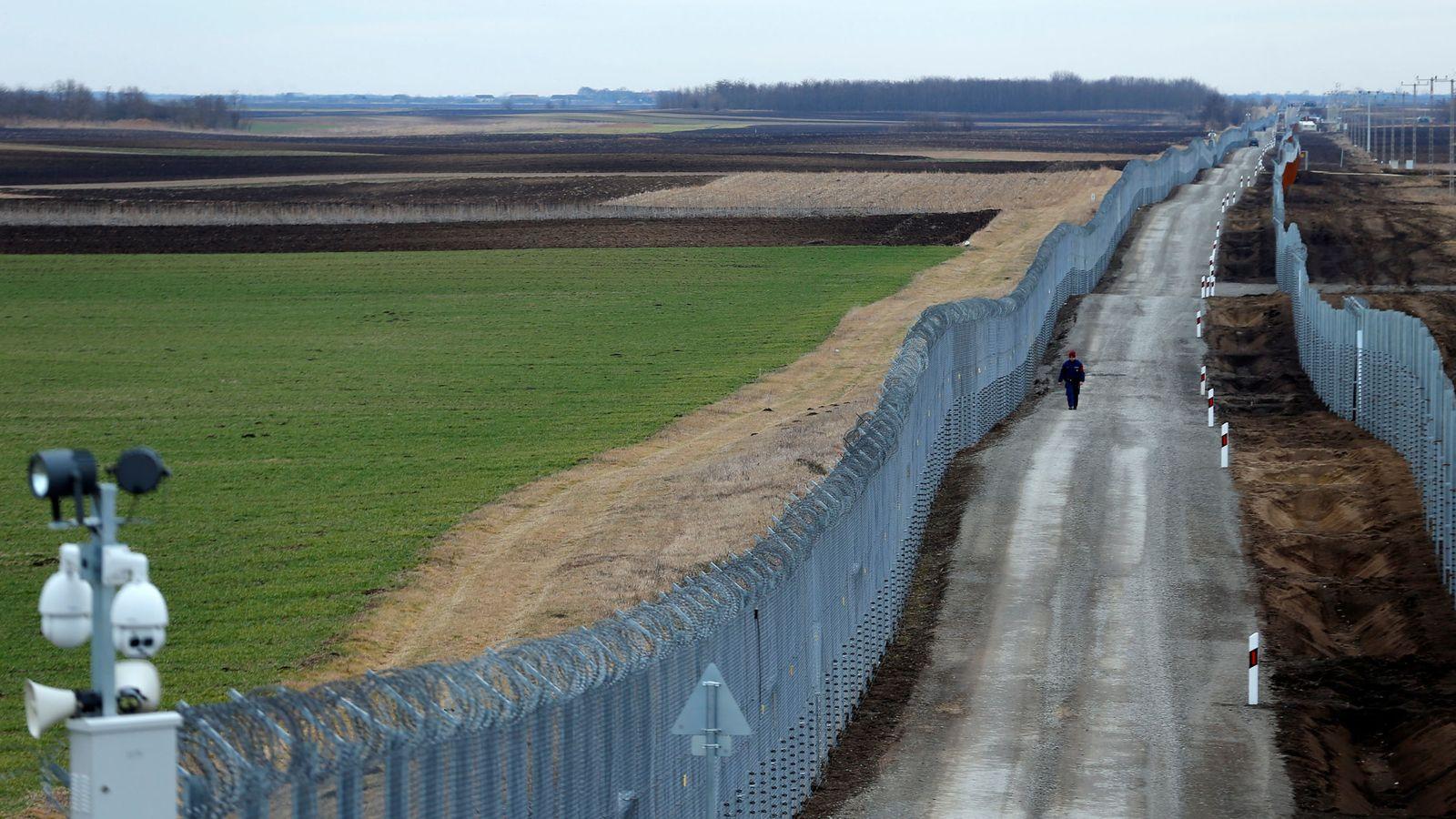 Foto: Un policía húngaro vigila la frontera fortificada entre Serbia y Hungría, a la que recientemente se añadió una segunda valla. (Reuters)