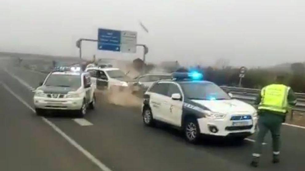 Un 'kamikaze' fugado embiste a un coche de la Guardia Civil en Guadix