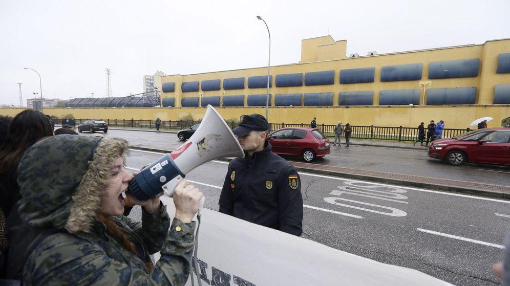 Foto: Concentración de apoyo a los internos del CIE de Aluche (Efe).