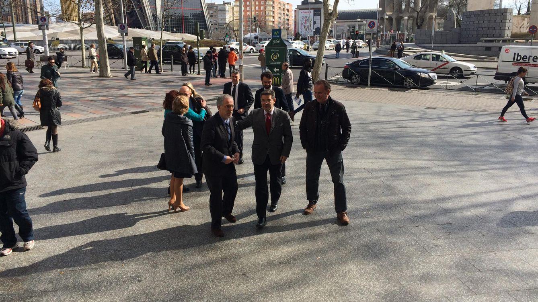 Foto: El ministro Catalá junto al decano de los jueces de Madrid, Antonio Viejo, justo antes de entrar en los juzgados de plaza de Castilla esta mañana. (EL CONFIDENCIAL)