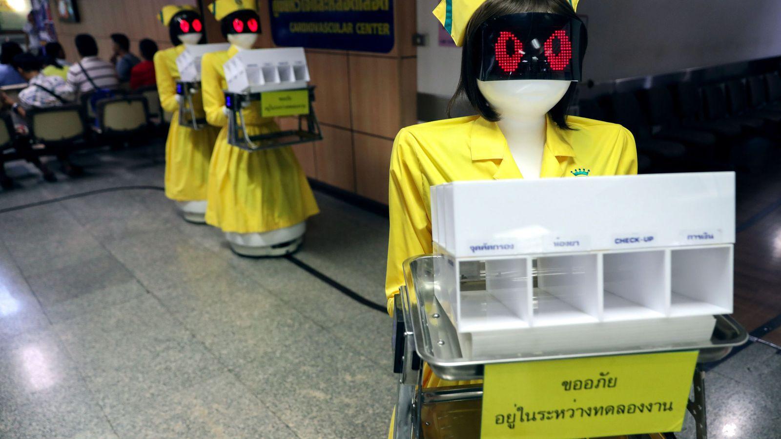 Foto: Robots, vestidos de enfermeras portan documentos en un hospital de Bangkok. (Reuters)