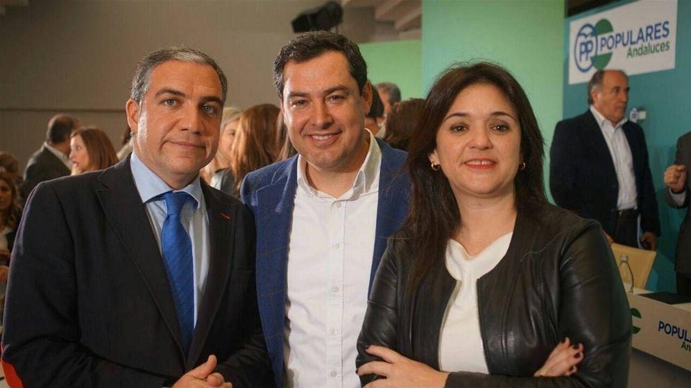 Foto: Elías Bendodo, Juanma Moreno y Margarita del Cid (EFE)