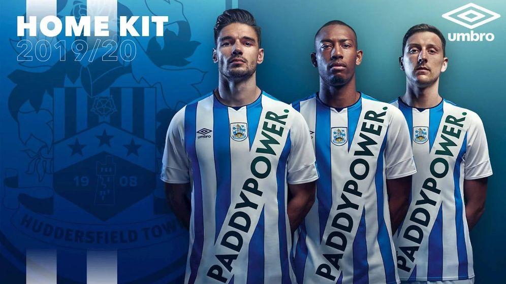Foto: La camiseta del Huddersfield Town era un fake, aunque jugaron un partido con ella (Foto: Twitter)