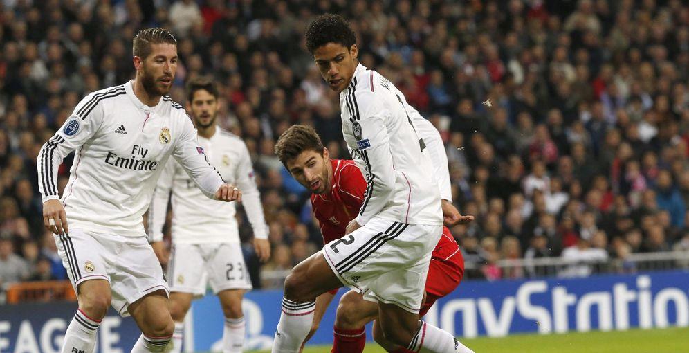 Foto: Sergio Ramos y Varane, durante un partido de la pasada temporada (EFE)