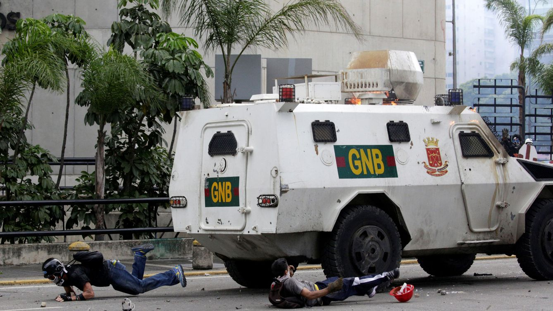Foto: Un vehículo policial trata de atropellar a unos manifestantes durante una protesta en Caracas, el 3 de mayo de 2017. (Reuters)