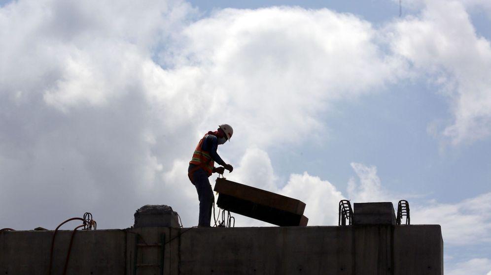 Foto: Un hombre trabaja en una construcción. (EFE)