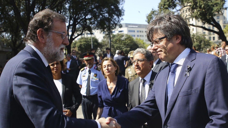 Mariano Rajoy saluda a Carles Puigdemont. (EFE)