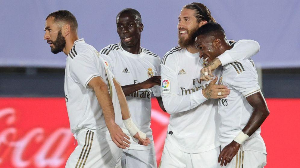 Foto: Sergio Ramos abraza a Vinícius después del gol del brasileño al Mallorca. (EFE)