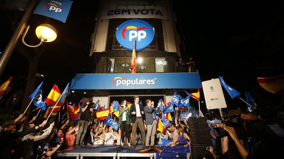 Foto: El presidente del Partido Popular, Pablo Casado (c), y los candidatos del PP a la Comunidad de Madrid, Isabel Díaz Ayuso, y al ayuntamiento, José Luis Martínez-Almeida, celebran los resultados electorales. (EFE)