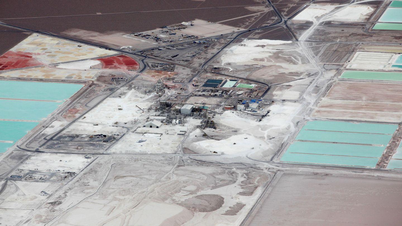 Imagen aérea de varias minas de litio. (Reuters)