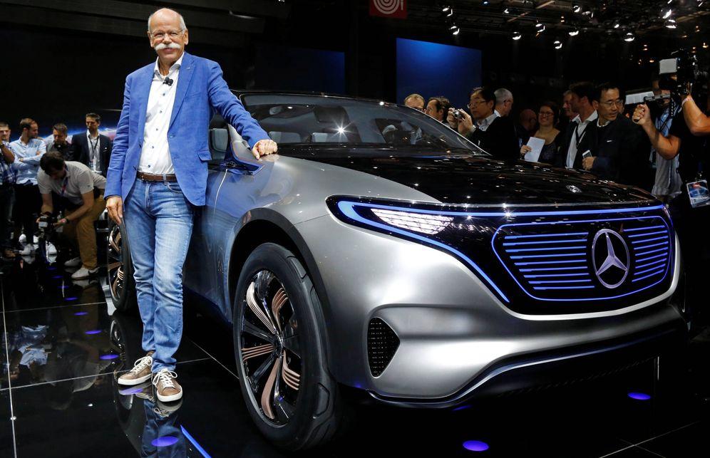 Foto: Dieter Zetsche, CEO de Mercedes-Benz, posa frente al Mercedes EQ. (Reuters)