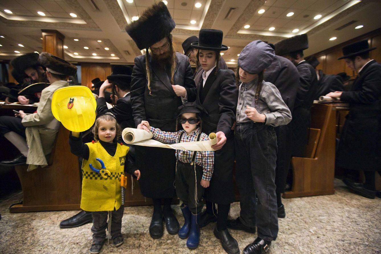 Foto: Una familia ultraortodoxa lee el Libro de Esther durante la fiesta del Purim, en una sinagoga de Jerusalén. (Reuters)