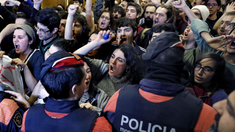 Protesta de estudiantes en el interior del Liceu contra un acto de Ciudadanos. (EFE)