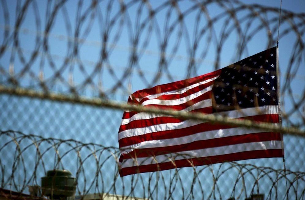 Foto: Una bandera estadounidense en el campo delta de la base naval de Guantánamo, Cuba (Efe).