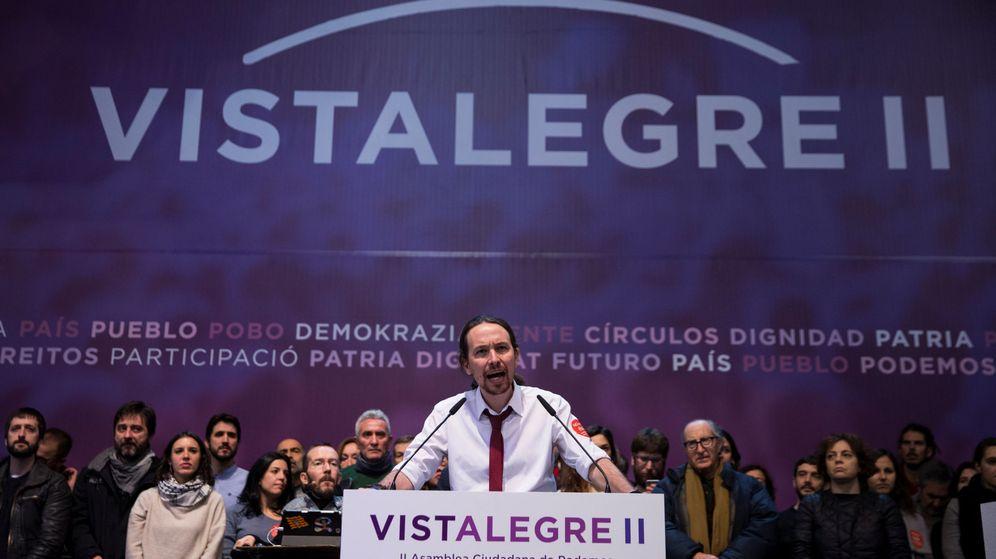 Foto: El líder de Podemos, Pablo Iglesias, cierra la asamblea de Vistalegre II acompañado por su equipo. (Reuters)
