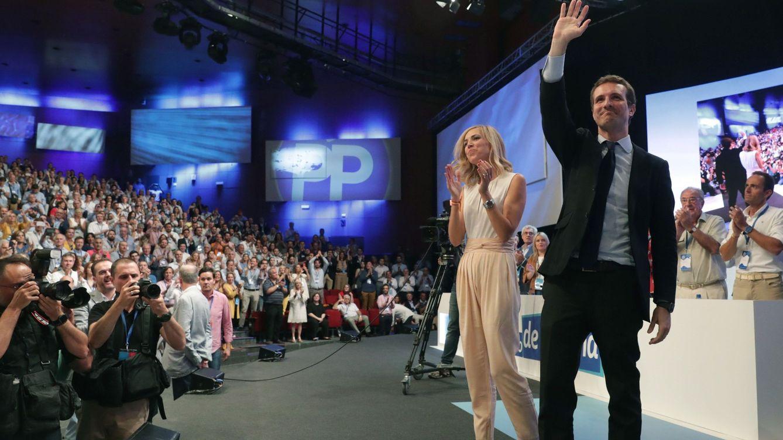 Foto: Pablo Casado celebra su victoria en el congreso extraordinario del PP con su mujer, Isabel Torres, este 21 de julio en el hotel Marriott Auditórium de Madrid. (EFE)