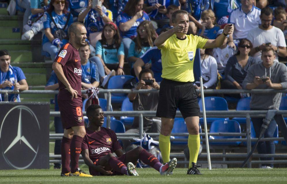 Foto: Dembelé, nada más caer lesionado en el transcurso del Getafe-Barcelona. (EFE)