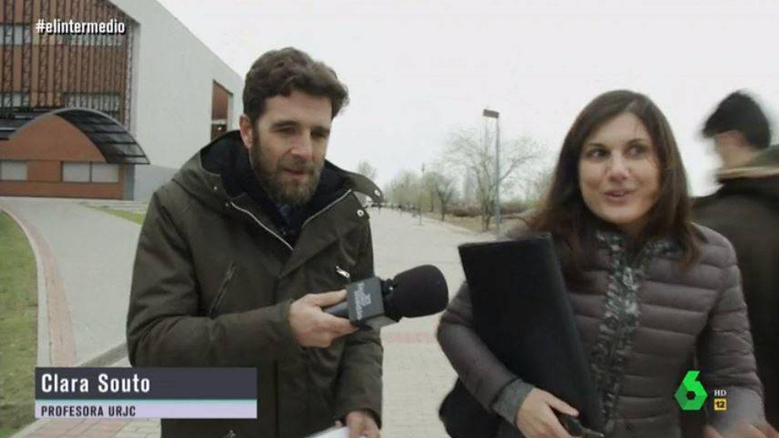 Foto: Gonzo, de El Intermedio, con Clara Souto, que reconoce la falsificación de su firma. (La Sexta)