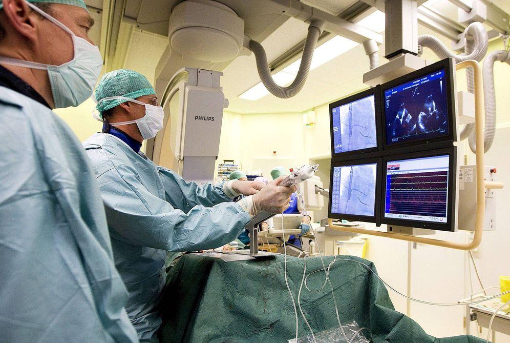 Foto: Un cardiólogo instala un sistema mitraclip en el hospital St. Antonius de Nieuwegein, Holanda (Efe).