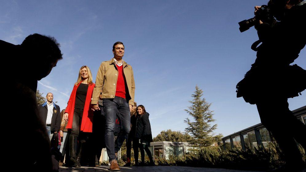 Foto: El líder socialista, Pedro Sánchez, acude a votar con su esposa, Begoña Fernández. (EFE)