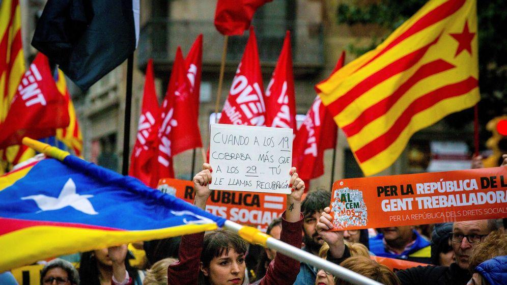 Foto: Manifestación en favor de la República de los Derechos Sociales convocada en Barcelona por la plataforma Alcem-nos, formada por la ANC, la Intersindical-CSC. (EFE)