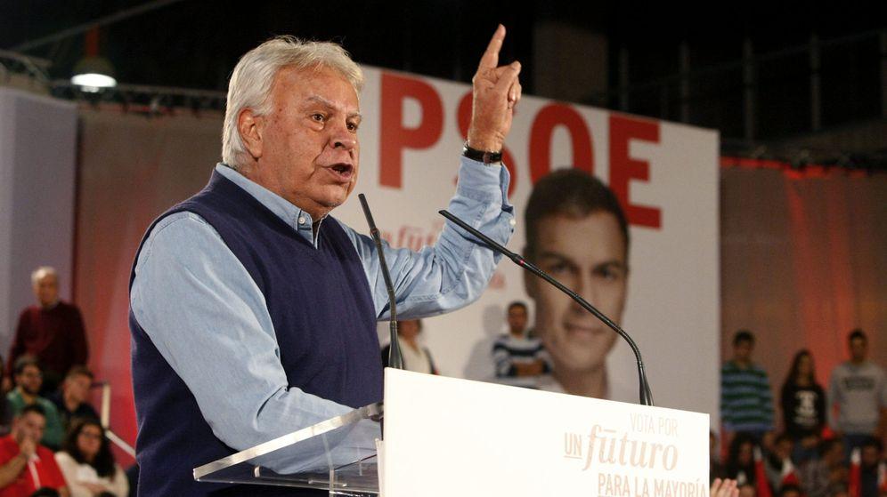 Foto: El expresidente del Gobierno, Felipe González, en un acto electoral del PSOE, el pasado mes de diciembre en Badajoz. (EFE)