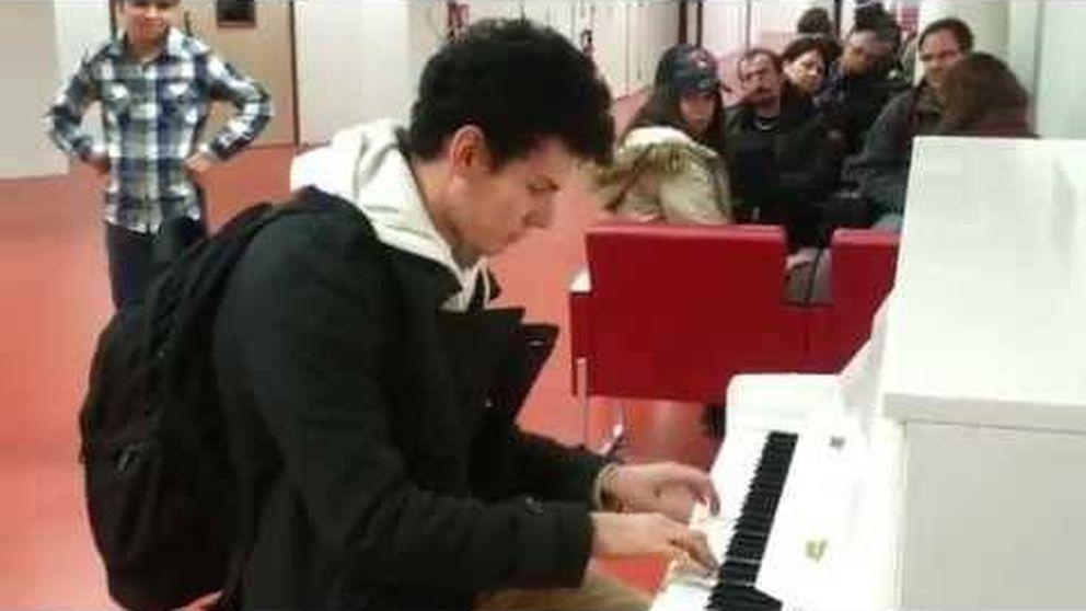 Un joven ambienta las horas de espera en el aeropuerto de París-Orly