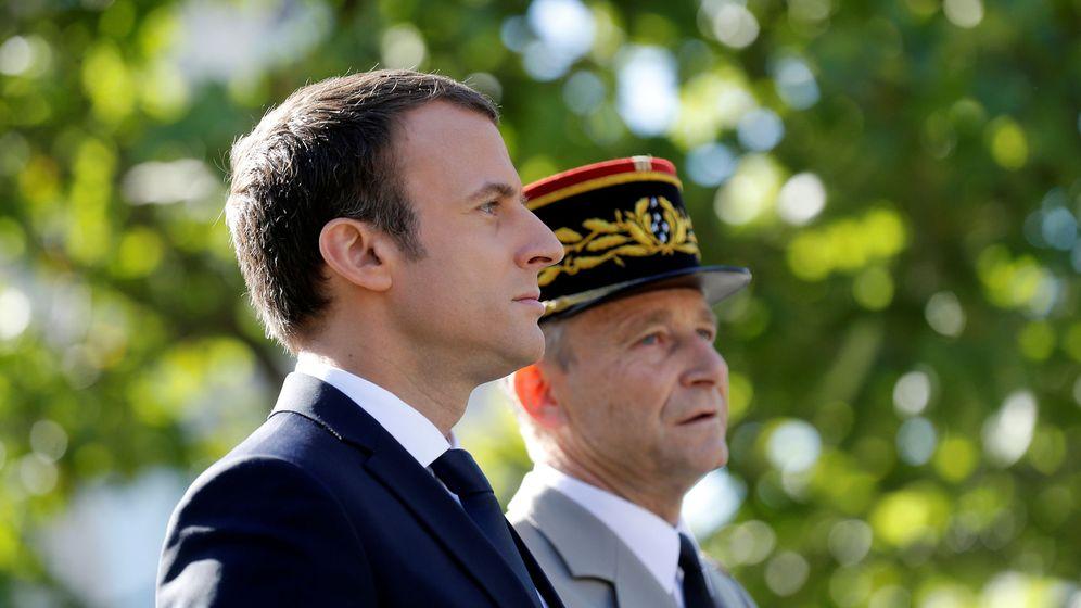 Foto: Emmanuel Macron y el ya exjefe del ejército francés, Pierre de Villiers. (EFE)