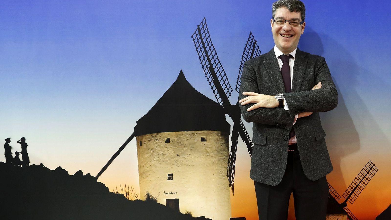 Foto: El ministro español de Turismo, Álvaro Nadal, posa para los medios durante su visita al stand de España en la Feria de Turismo. (EFE)