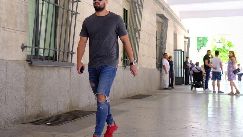 Foto: Uno de los miembros de la Manada, el ex Guardia Civil Antonio Manuel Guerrero, a su llegada a los juzgados de guardia en Sevilla. (EFE)