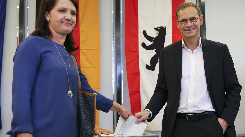 El actual alcalde de Berlín, Michael Müller (SPD), y su esposa, Claudia, votando este domingo. (EFE)