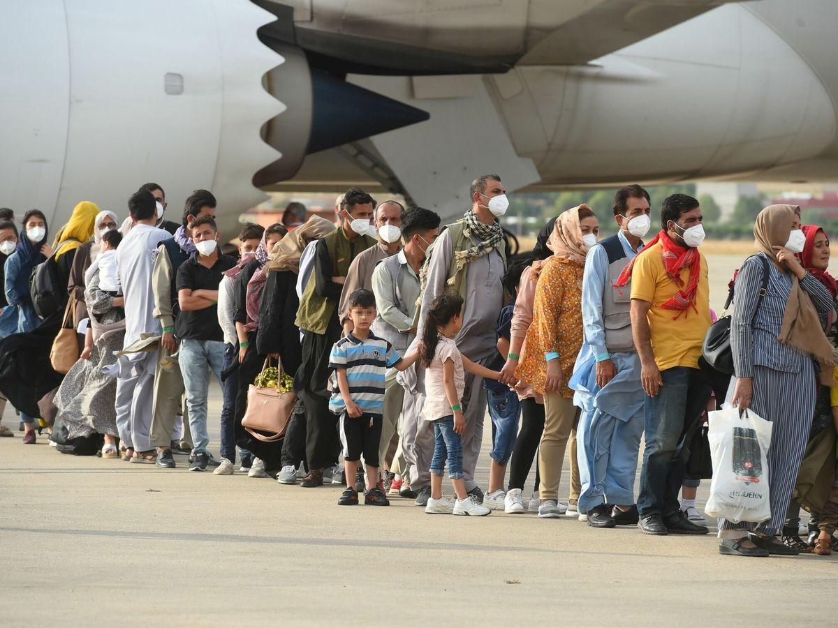 Foto: Desembarco de los pasajeros de un vuelo con afganos rescatados al llegar a Torrejón. (EFE)